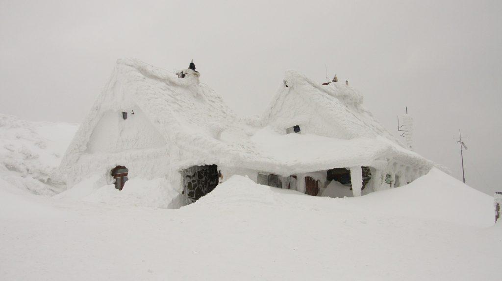 Ibland är det skönt med hjälp med snöröjning och någon som kan skotta bort snö runt huset.