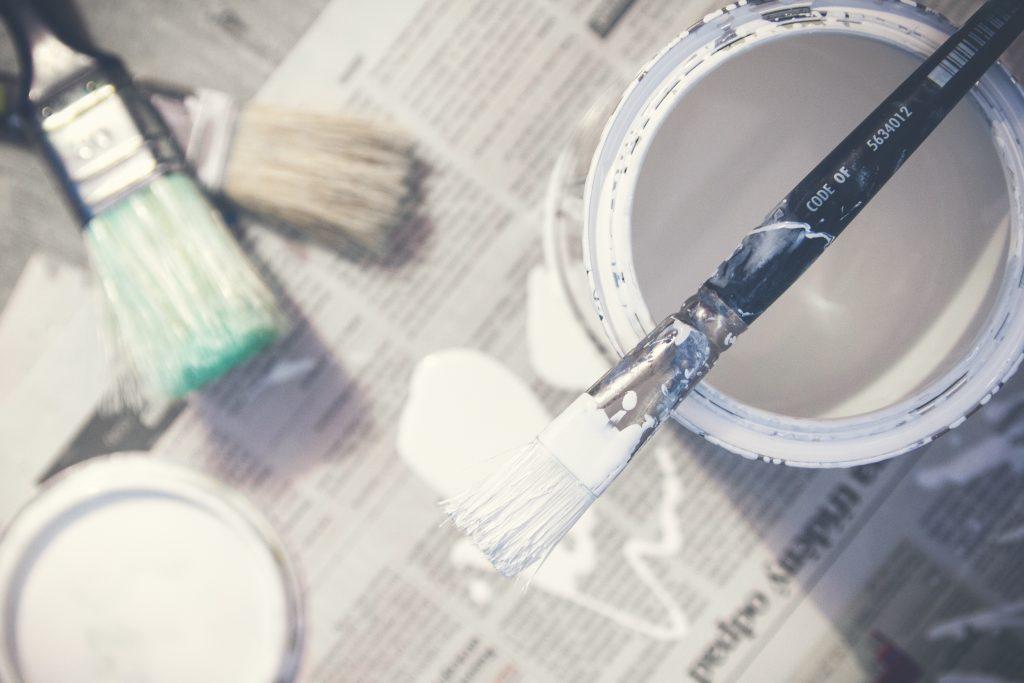 Pensel och målarfärg är bara en av sakerna som behövs när du ska måla om  huset 35c2f9529c13f